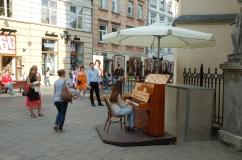 pianino przy Katedrze Łacińskiej we Lwowie