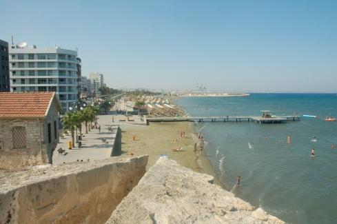 zamek w Larnace - widok na plażę