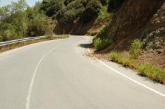 jedna z szerszych dróg w górach Troodos