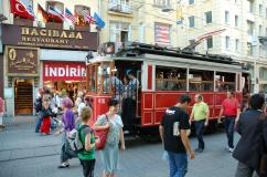 stary tramwaj jadący na Taksim